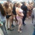 'У Києві під магазином голі шопоголіки вибивали