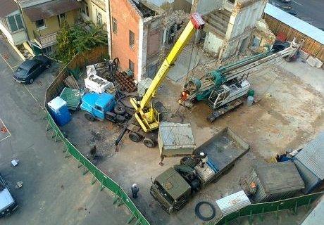 Обурені кияни знесли паркан забудови на місці садиби Грушевського. ФОТО