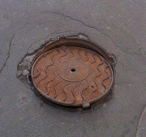 У Житомирі на головній пішохідній вулиці Михайлівській можна провалитися у люк