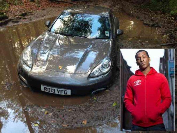 """Футболіст """"Ліверпуля"""" втопив у багнюці свій Porsche.ФОТО"""