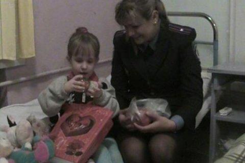В Сумской области на вокзале нашли малышку, которую мама бросила, чтобы пьянствовать с любовником ВІДЕО