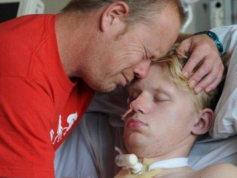 Неймовірний момент: тато обіймає сина, після 4-місячної коми. ФОТО