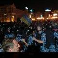 В центрі Києва «Беркут» кидає каміння в людей