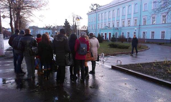 Житомирські студенти збираються на страйк: біля ЖДУ імені Франка вже до сотні чоловік. ФОТО
