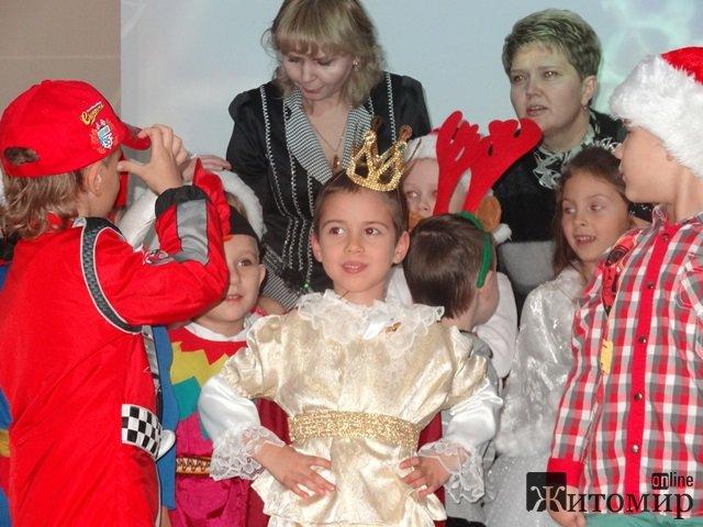 """Свято Новорічної Ялинки відсвяткували наймолодші учні центру """"Форум"""" у Житомирі. ФОТО. ВІДЕО"""