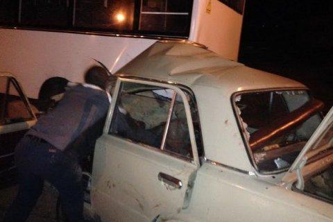 На окраине Житомира «Жигули» въехали в припаркованную маршрутку Фото