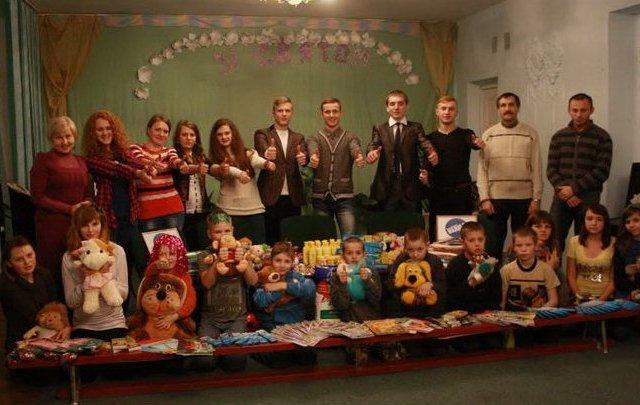 Житомирські студенти передали подарунки від Миколая вихованцям реабілітаційного центру. ФОТО
