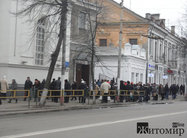 Житомиряни освячують воду в Свято-Михайлівському кафедральному соборі. ФОТО.  ВІДЕО