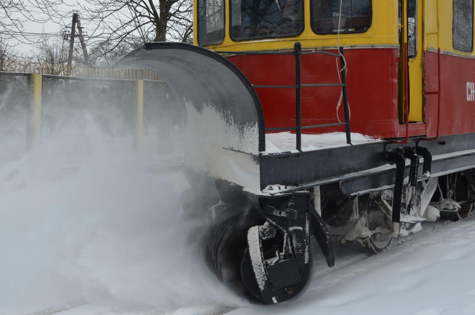 У Житомирі трамвай «Снігач» КП «ЖТТУ» чистить колії від снігу