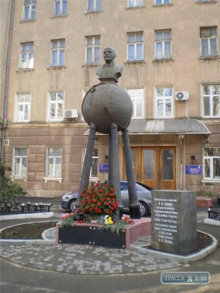 """Коммунистическая интерпретация """"человека-паука"""": в Одессе появился новый памятник Ленину. ФОТО"""