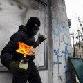 """На Грушевського """"Беркут"""" обстрілюють феєрверками ВІДЕО"""