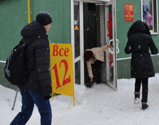 Прибирати сніг на прилеглих територіях мають суб'єкти господарювання різних форм власності. ФОТО