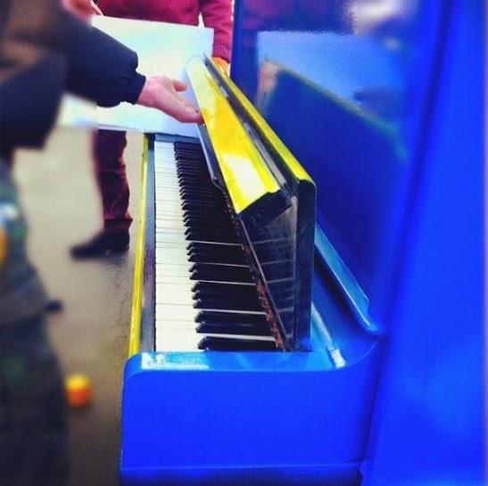 У Житомирі на Михайлівській активісти майдану поставили революційне піаніно ФОТО