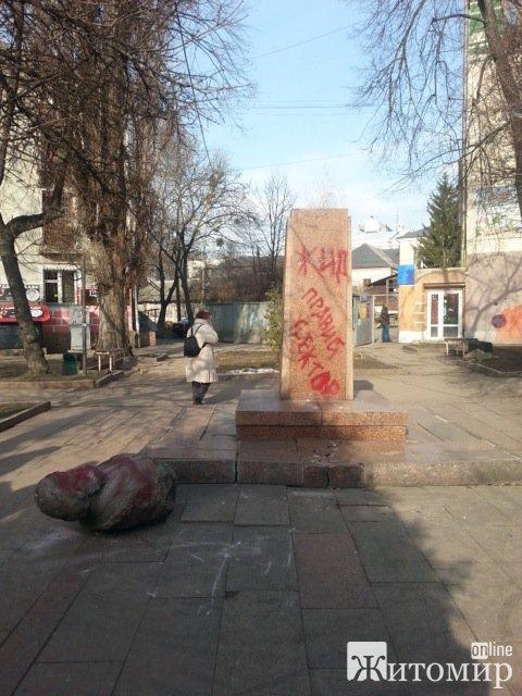 У Житомирі скинули пам'ятник Карлу Марксу. ФОТО