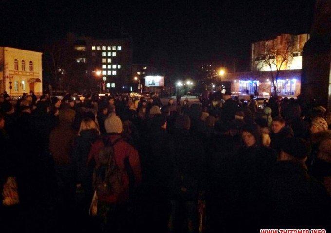 На площади Королева в Житомире собралось около 300 людей ФОТО.