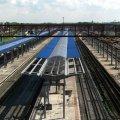 На вокзалі Донецька озброєні автоматами люди зустрічають потяг зі Львова