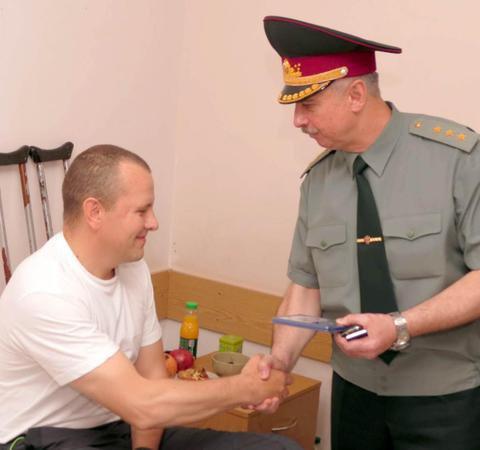 Глава Минобороны наградил военнослужащих, раненных во время АТО. ФОТО