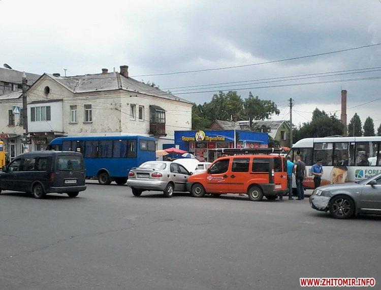 Возле автовокзала в Житомире столкнулись Lanos и Renault