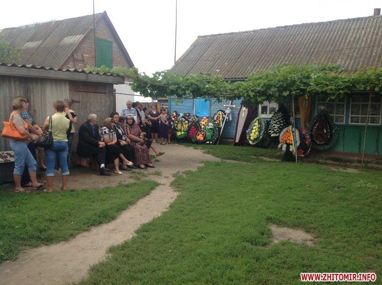 В Житомирській області поховали 21-річного солдата, який загинув, звільняючи військове містечко від бойовиків