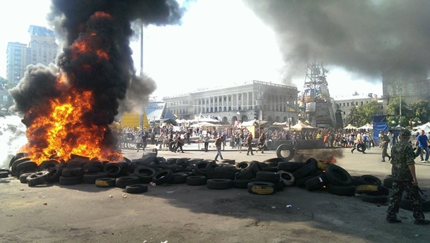 На Хрещатику розбирають барикади, знову горять шини.Відео