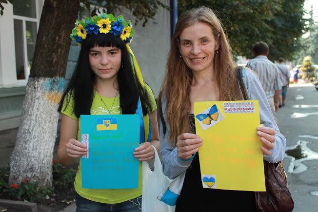 Житомиряни на Михайлівській регулярно робитимуть листівки для військових. ФОТО