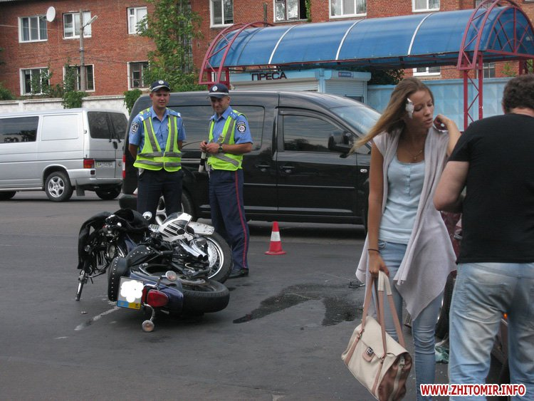 В Житомире на проспекте Мира мопед врезался в Mercedes Cabriolet. Есть пострадавшие