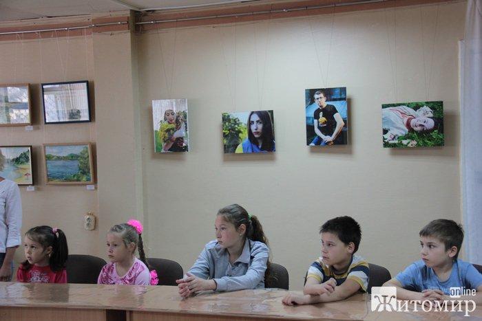 У Житомирі пройшов благодійний майстер-клас по виготовленню патріотичних квітів для діток-переселенців зі Сходу.Відео
