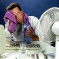 У спеку лікарі радять часто пити воду і не працювати на вулиці більше двох годин