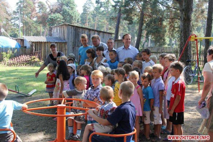 У Радомишльському районі народний депутат встановлює майданчики, на які у громади немає коштів