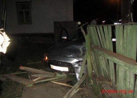 У Житомирі Mitsubishi протаранив припарковану Toyota і влетів в огорожу на протилежному боці вулиці