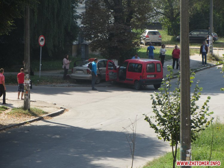 В Житомире на нерегулируемом перекрестке столкнулись такси и Renault