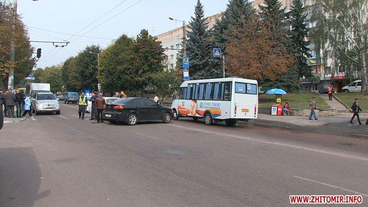 У Житомирі біля лікарні зіткнулися два автомобіля, а постраждав пішохід