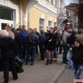 В центре Житомира потасовка: активисты пытаются прорваться на заседание комиссии по скандальной стройке АТБ