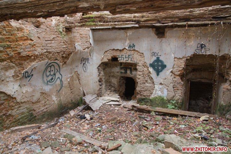 В Житомире памятник архитектуры превратился в приют для бомжей.Фото.