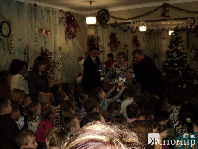 Олег Самчук передав вітання від Святого Миколая житомирським дітлахам. ФОТО