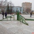 На майдані Корольова в Житомирі почали встановлювати новорічну ялинку