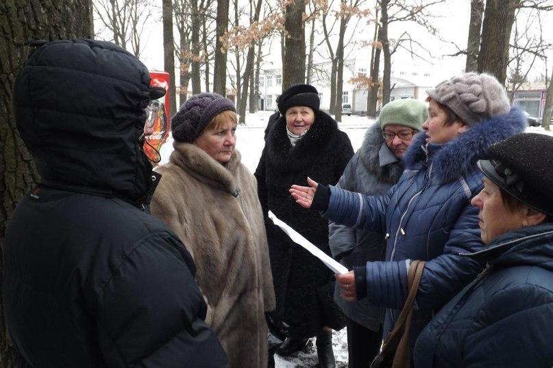 В Новогуйвинську люди не дають зрізати дерева депутату-хабарнику заради будівництва магазину. ФОТО