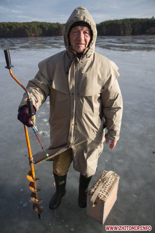 Незважаючи на плюсову температуру, житомирські рибалки виходять на кригу