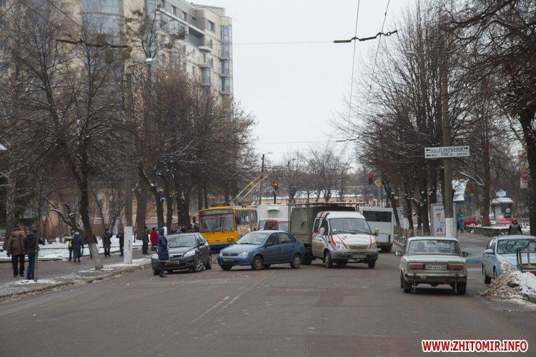Два столкнувшихся автомобиля заблокировали движение троллейбусов на ул.Победы в Житомире