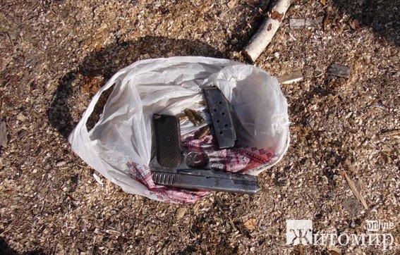 На Житомирщині затримали озброєних молодиків, які добували бурштин