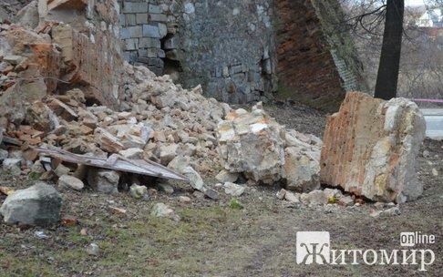 В Бердичеве обвалилась стена монастыря Босых Кармелитов. ФОТО
