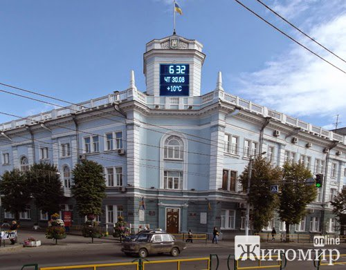 На здании горсовета в Житомире старые часы меняют на электронные. ФОТО