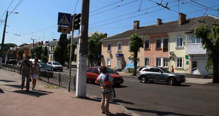 В Житомире по улице Победы Renault и Infiniti не поделили дорогу