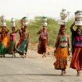 В деревне Индии существуют специальные жены для того, чтоб носить воду