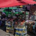 У Житомирі «ковбасу», яку вдень продають з рук на зупинці – зберігають у камері схову автовокзалу (ВІДЕО)