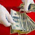 Кому в Украине платят 25 и 200 тыс. гривен в месяц