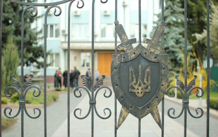 Житомирську обласну прокуратуру пікетують працівники заводу, яким три місяці не виплачували зарплату.