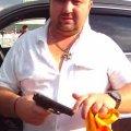 В сети появилось видео, на котором пьяный сотрудник службы безопасности угрожает полиции пистолетом