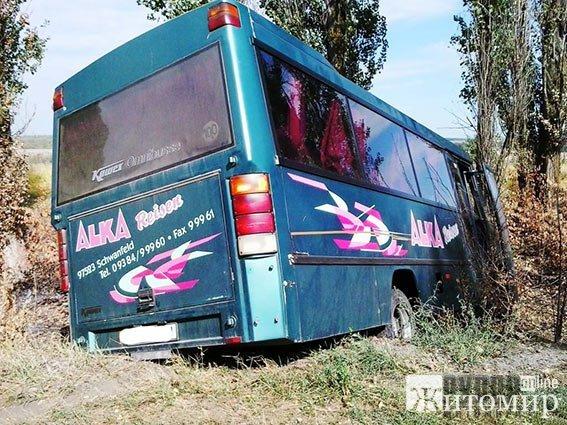 На трасі Житомир-Могилів-Подільський в жахливу аварію потрапив рейсовий автобус