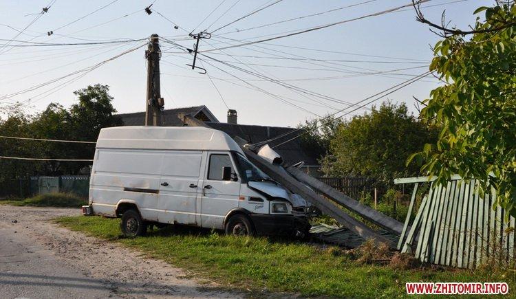 У райцентрі Житомирської області мікроавтобус врізався в бетонний стовп, водія забрала швидка
